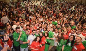 Susana Díaz rodeada de seguidores en un acto en Huelva.